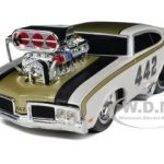1970 Oldsmobile 442 White  Muscle Machines 1/24 Diecast Model Car by Maisto