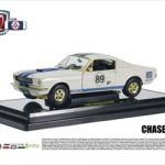 CHASE 1965 Ford Shelby Mustang GT350R Wimbledon White w/Guardsman Blue Stripes and Gold Triming #89 Carroll Shelby Tribute Car 1/24 Diecast Model Car by M2 Machines